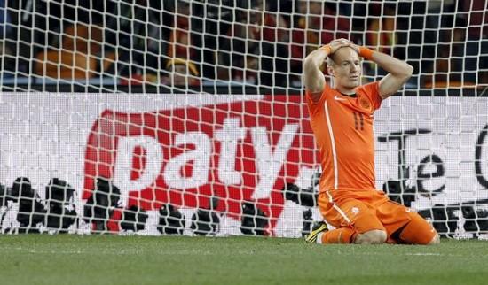Robben se lamenta de la ocasión perdida ante el guardameta español Iker Casillas durante la final del Mundial de Sudáfrica 2012.