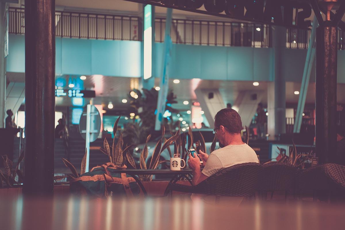 móvil en un restaurante