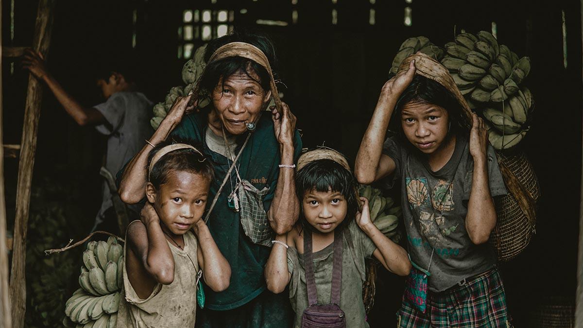 familia pobre creando trabajos tutoriales en una plantación