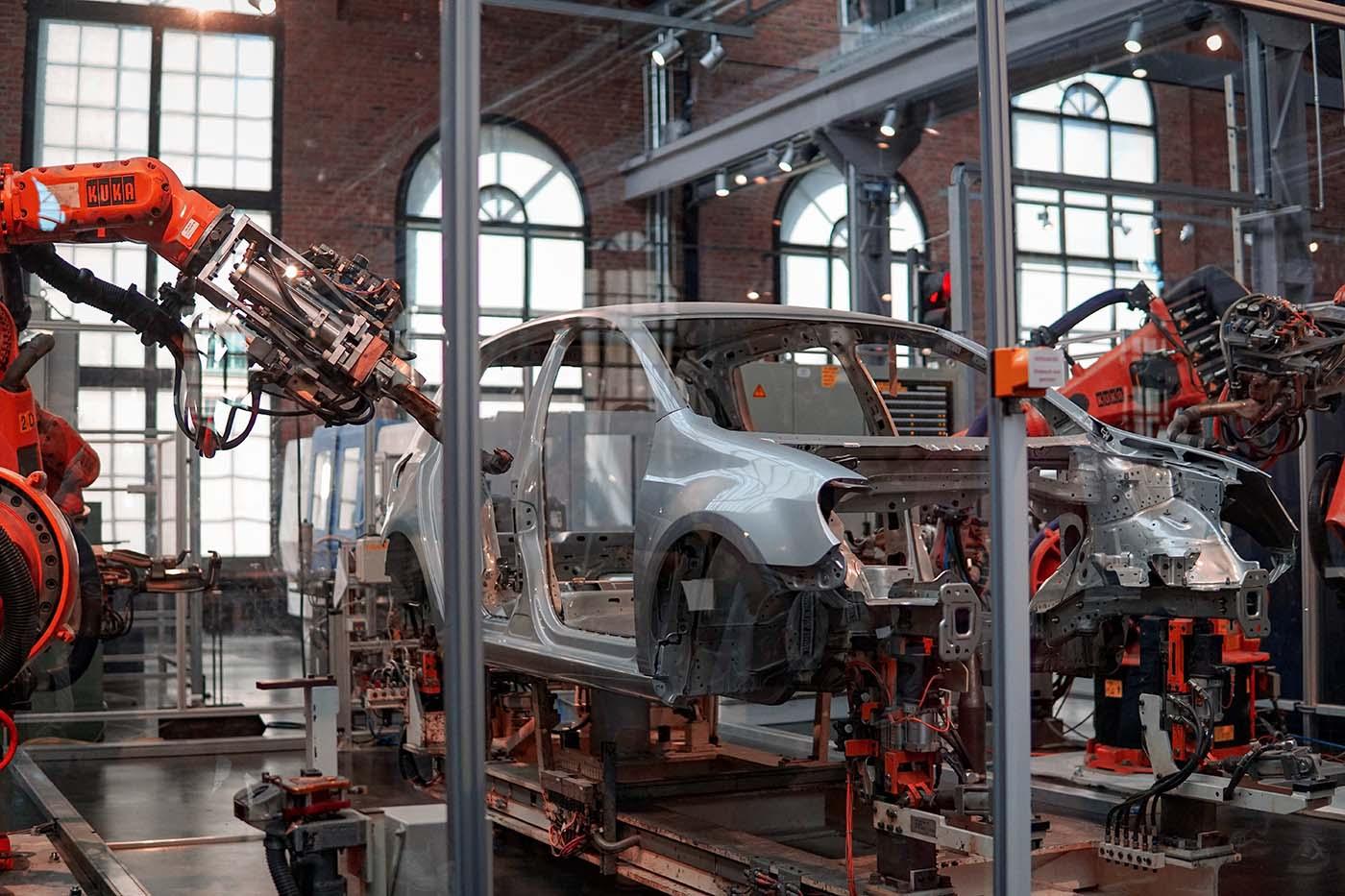 las fábricas de automóviles tienen una cadena de suministro muy compleja